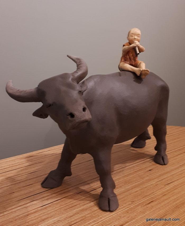 sculpture en terre cuite de Sandra Courlivant, enfant sur un buffle
