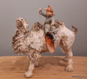 sculpture en terre cuite de Sandra Courlivant,enfant sur chameau