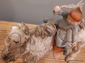 sculpture en terre cuite de Sandra Courlivant,enfant sur chameau - vue de dessus