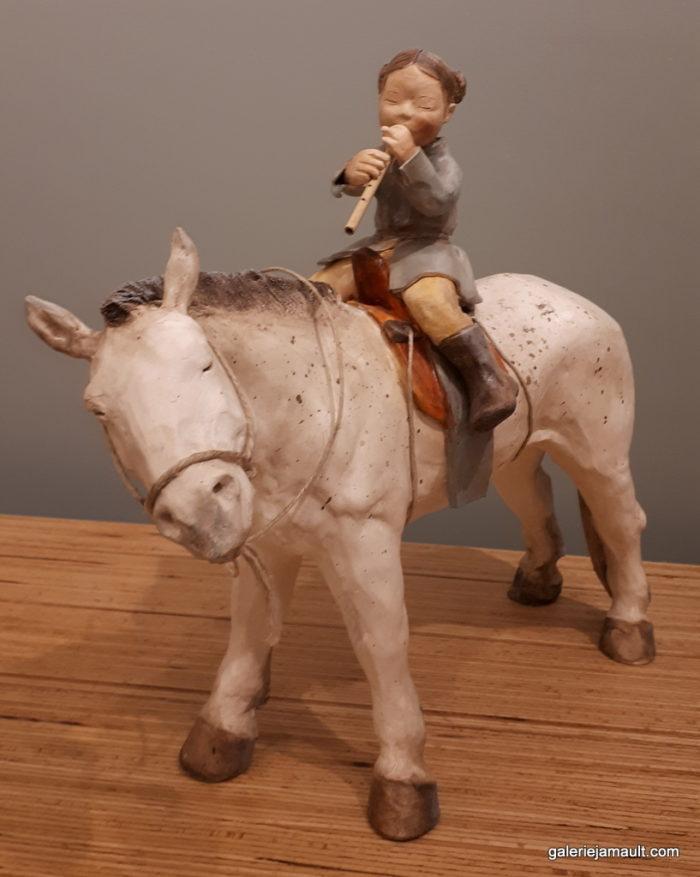 sculpture en terre cuite de Sandra Courlivant,enfant jouant de la flûte sur un cheval