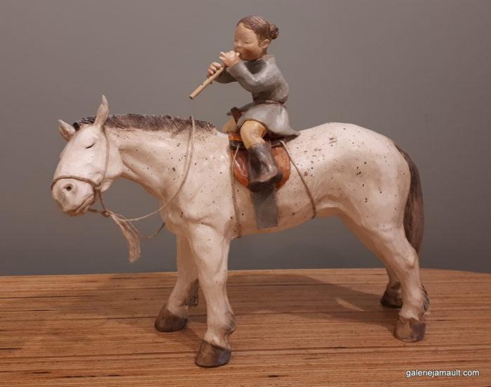 sculpture en terre cuite de Sandra Courlivant,enfant jouant de la flûte sur un cheval - profil