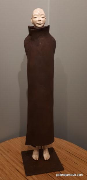 sculpture en terre cuite de Sandra Courlivant, personnage en lévitation