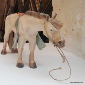 sculpture en terre cuite de Sandra Courlivant, cheval au repos