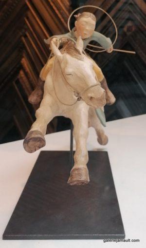 sculpture en terre cuite de Sandra Courlivant, cavalière sur cheval, en lévitation