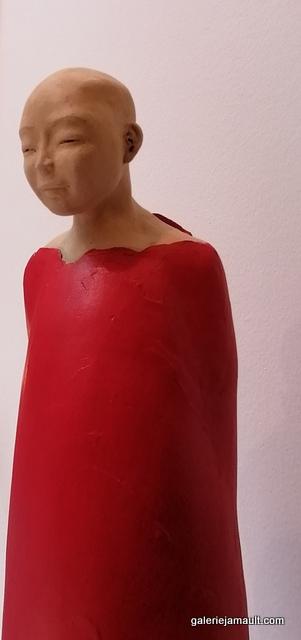 sculpture en terre cuite de Sandra Courlivant, personnage aux bottes rouges, en lévitation - vue de profil